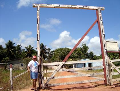 Marconi na porteira de entrada da fazenda do Rogério e da Elizângela
