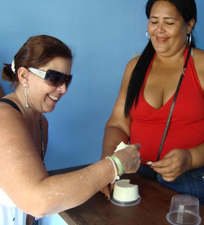 """Rosangela (minha """"ubermodel""""...rsrsrs) provando o queijo do Marajó"""