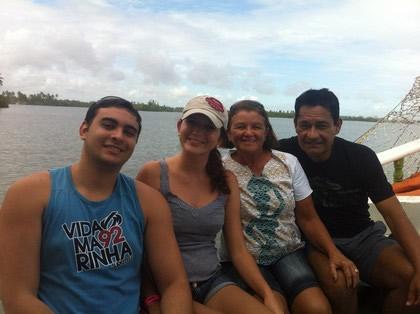 Fred Santos (marido), eu, Maria do Socorro (mainha) e Carlos Eduardo (painho) saindo no passeio de escuna