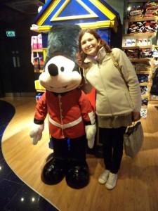 E que tal parar as comprar numa loja para tirar foto com o boneco do Mickey?