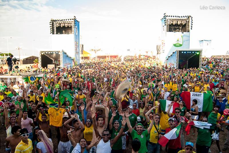 Brasileiros e estrangeiros na Fifa Fan Fest Natal