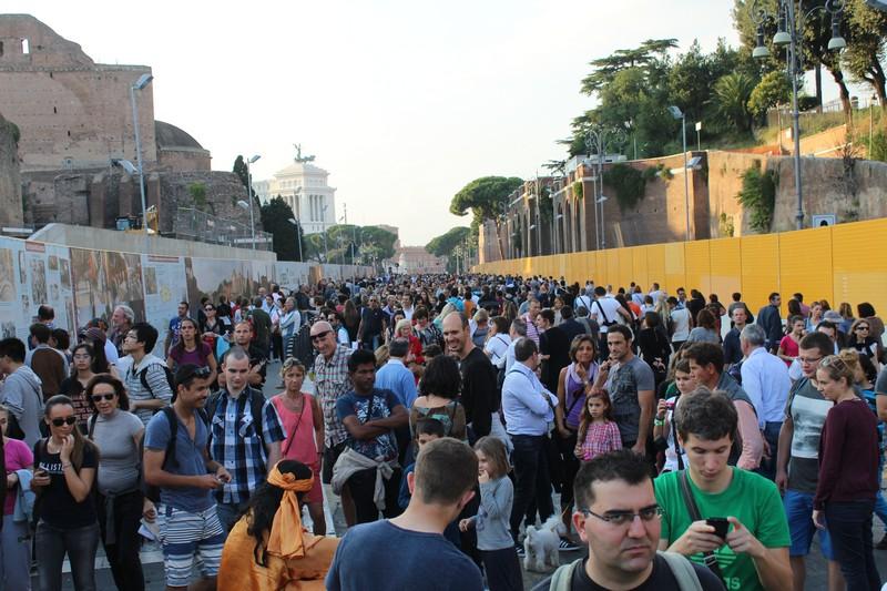 Quando eu disse que Roma estava lotada, eu quis dizer assim. Rua em frente ao Coliseu