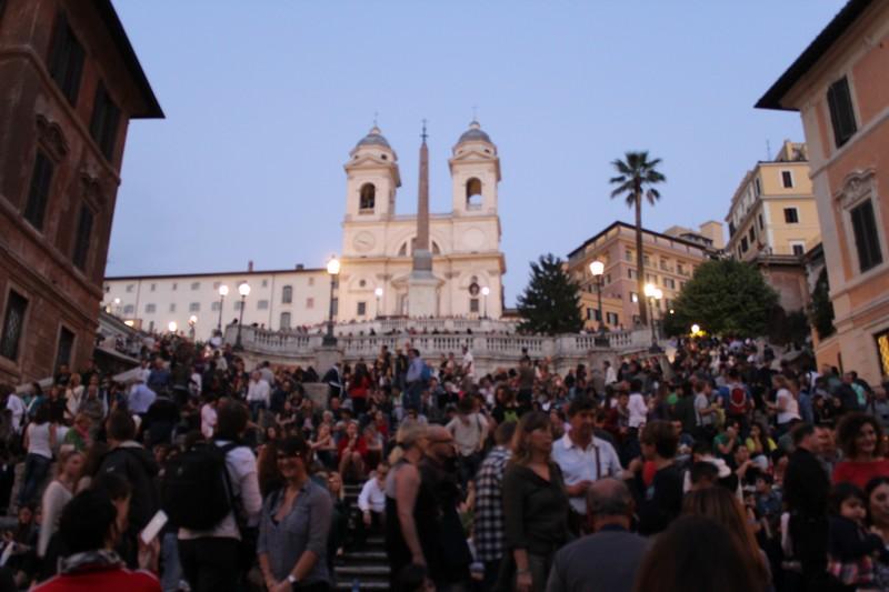 Piazza di Spagna e as escadarias lotadas de turistas e romanos