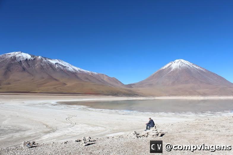 Laguna e vulcão da região de Lipez