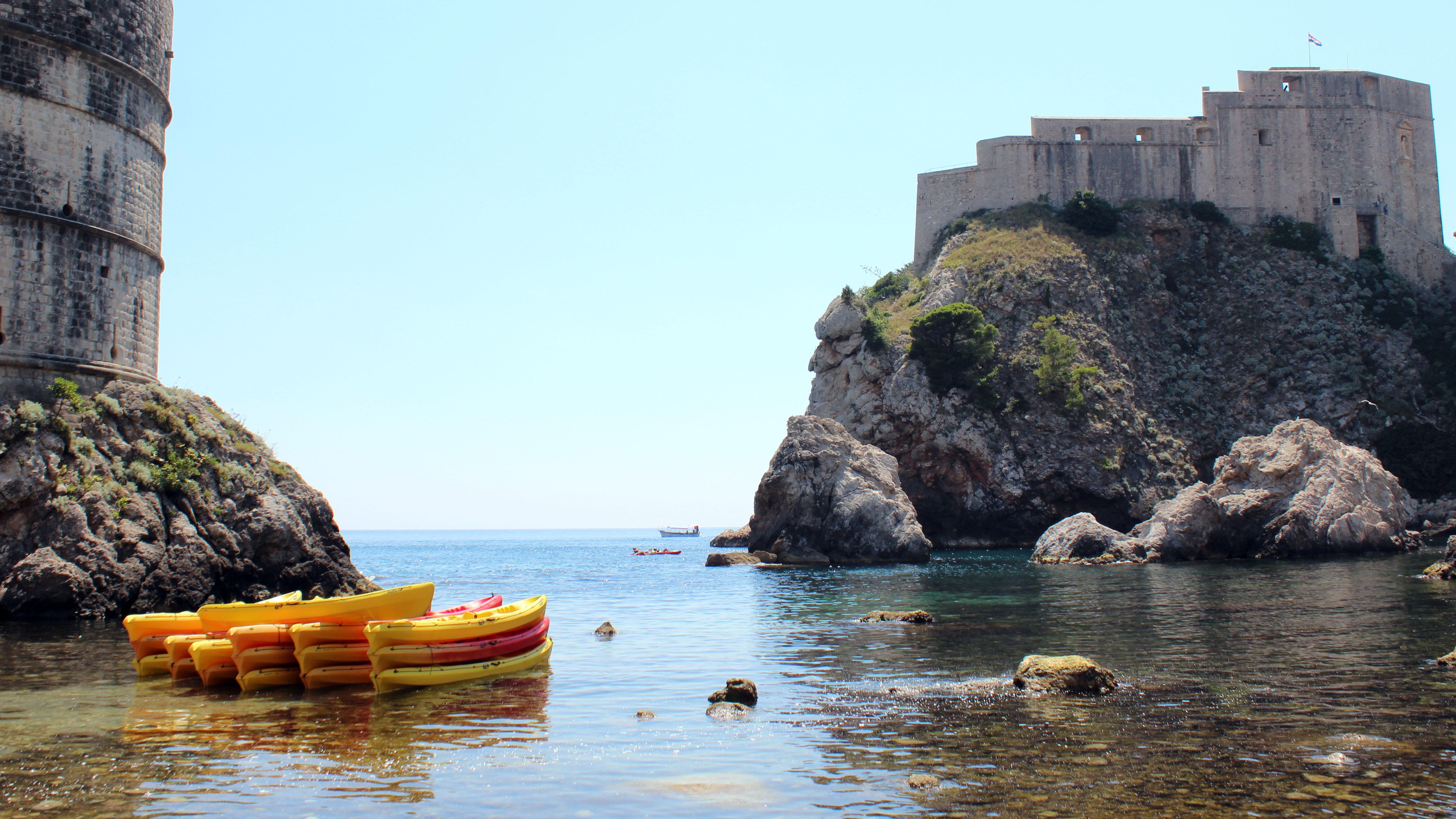 Neste local do lado de fora das muralhas foram gravadas cenas de Porto Real