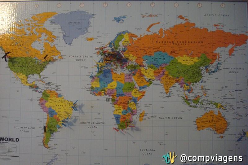 Meu mapa de viagens na minha sala de estar, marcando os países que já visitei