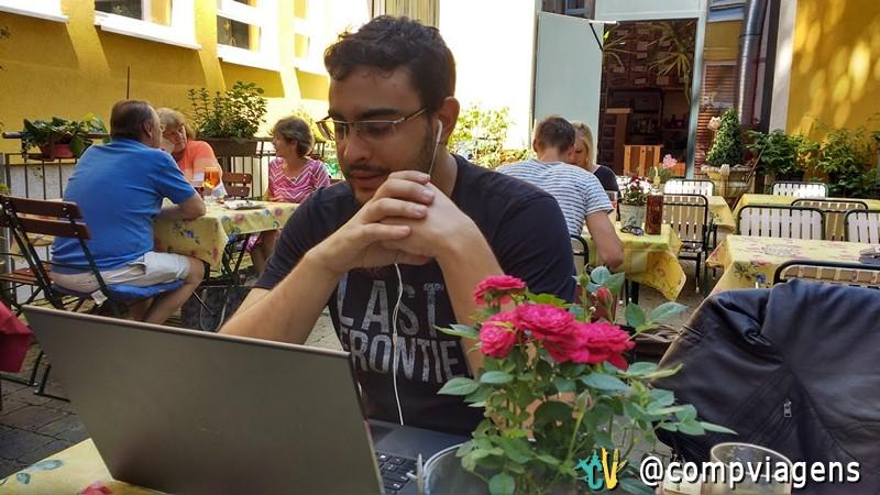 Fred em reunião de trabalho, via conferência online, em restaurante em Salzburg