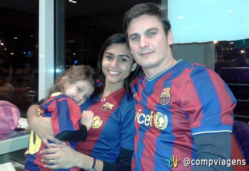 """Suzy, com a filha, Laia, e o marido, Jordi, vestidos com a camisa do time do """"Barça"""""""