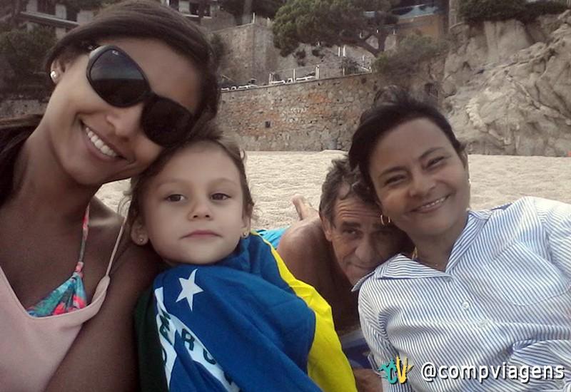 Suzy, com Laia, enrolada com a bandeira do Brasil, e os pais que a visitam todos os anos