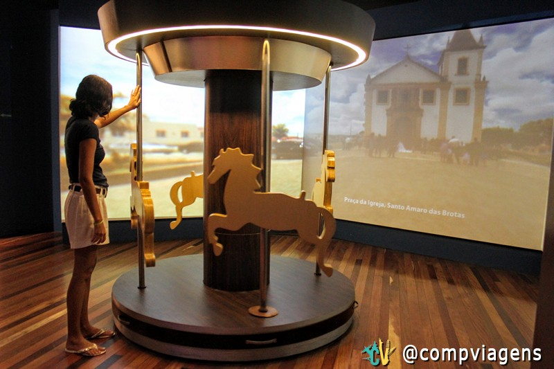 Brincando com o carrossel, no Museu da Gente Sergipana