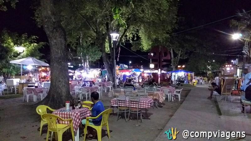 Na Velha Boipeba, à noite, funcionam restaurantes, barracas de lanches, drinks e artesanatos