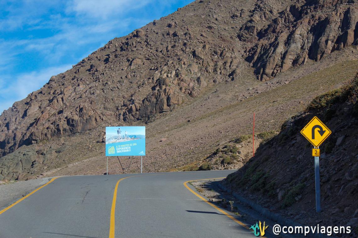 Estrada para Valle Nevado: olha a placa, avisando como será a próxima curva!
