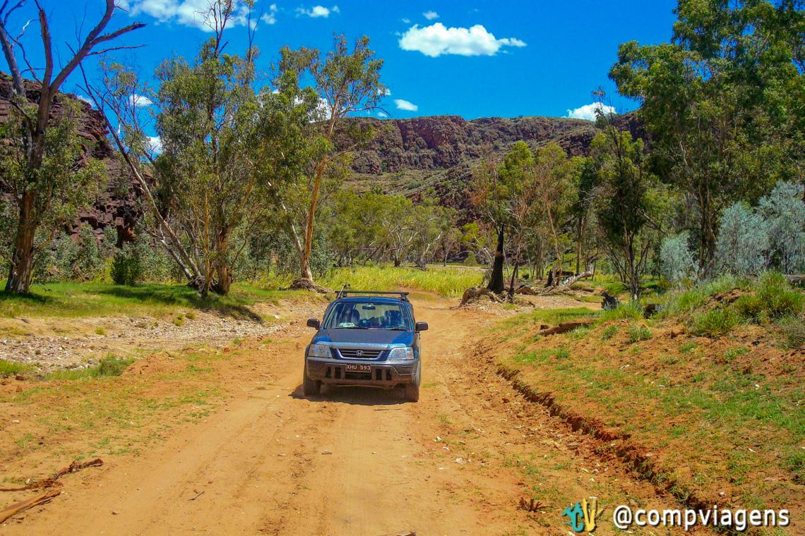 Meu amado carro 4WD Howi nas estradas de terra nas East MacDonnell Ranges