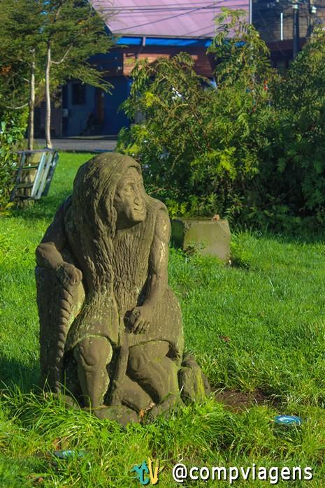 Estátua de criatura folclórica na Plaza de Armas de Ancud