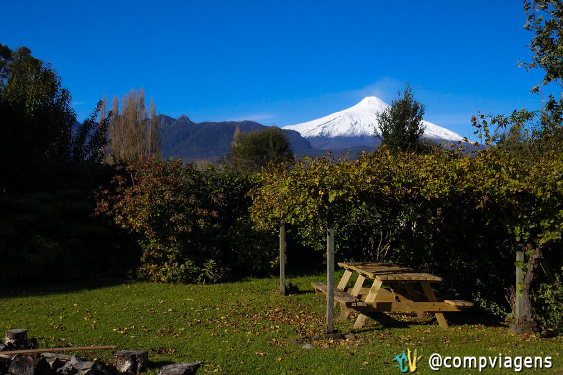 Vulcão Villarrica visto do jardim do Hostal French Andes