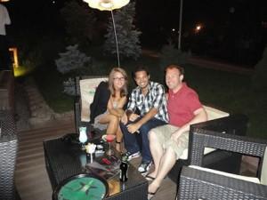 Jorge (centro) com amigos romenos no bar