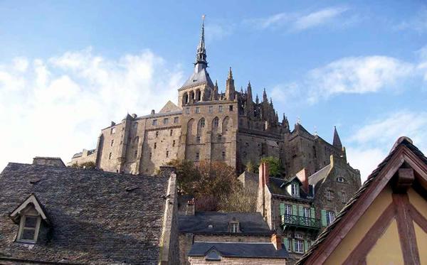 Abadia gótica com uma estátua do arcanjo São Miguel ao topo