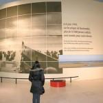 """Homenagem dos franceses aos aliados no Museu da Guerra. Texto da foto: """"Onde em 6 de junho nas praias da Normandia, mais de 10 000 jovens soldados caíram pela nossa liberdade"""""""