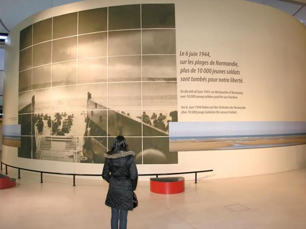 """Homenagem dos franceses aos aliados no Museu da Guerra. Texto da foto: """"Onde em 6 de junho nas praias da Normandia, mais de 10 000 jovens soldados caíram pela nossa liberdade""""  Homenagem dos franceses aos aliados no Museu da Guerra. Texto da foto: """"Onde em 6 de junho nas praias da Normandia, mais de 10 000 jovens soldados caíram pela nossa liberdade""""  Homenagem dos franceses aos aliados no Museu da Guerra. Texto da foto: """"Onde em 6 de junho nas praias da Normandia, mais de 10 000 jovens soldados caíram pela nossa liberdade""""  Homenagem dos franceses aos aliados no Museu da Guerra. Texto da foto: """"Onde em 6 de junho nas praias da Normandia, mais de 10 000 jovens soldados caíram pela nossa liberdade"""""""