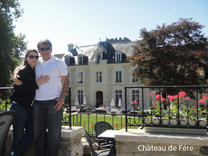 Renata e Henrique Muniz em frente ao Château de Fére