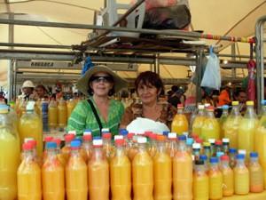 Rosângela Leal (esquerda), amiga de Ana Maria, mostra o tucupi