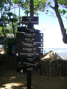 Placas indicam distâncias de outras bases do Projeto Tamar