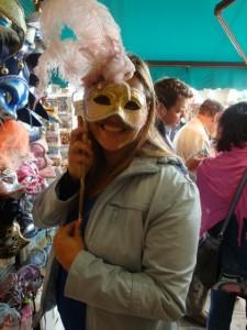 Amanda com uma máscara de Carnaval