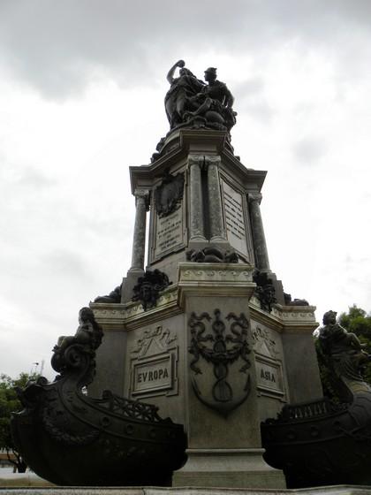 Monumento representa os continentes