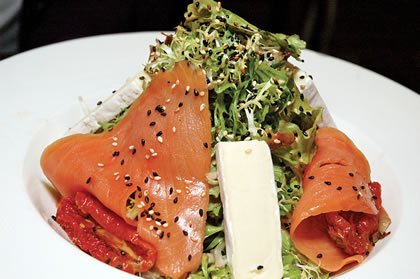 Ensala de salmón ahurado, queso brie, tomates confit y vinagreta balámica