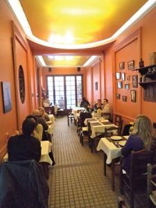 O piso térreo do restaurante é usado mais para o almoço. Há, ainda, o primeiro andar e uma área externa.