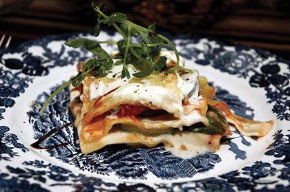 Lasagna de vegetales con brotes de arveja