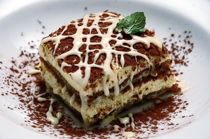 Tiramisú com calda de chocolate branco, famosa sobremesa italiana