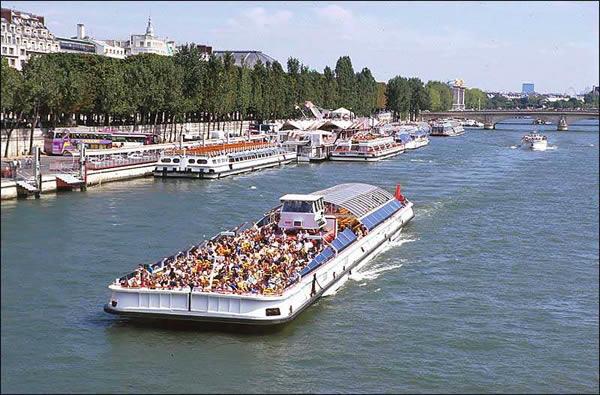 Passeio de barco rio Sena