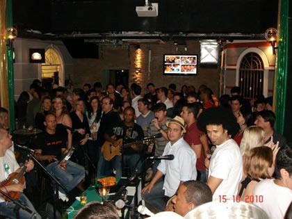 """Samba da Vela no bar """"Aos Democratas"""", em Curitiba"""