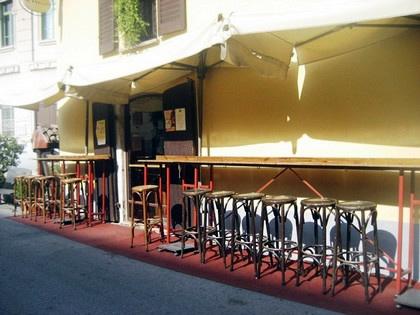 Bar em frente ao Naviglio