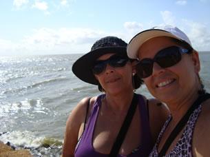 Rosangela e Ana Maria na praia de Joanes