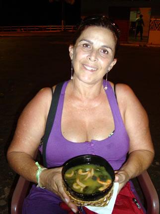 Rosangela saboreando um autêntico tacacá (com goma, camarão seco e jambu)