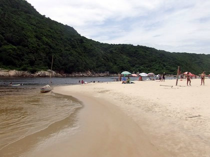 Rio que corta a praia