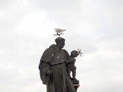 Estátua, na Ponte Carlos