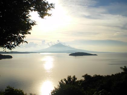 Pôr do sol no Lago Cocibolca com o vulcão Mombacho no fundo. Isla Zapatera, Nicarágua, 2010