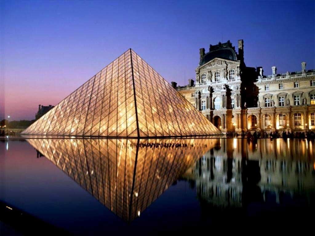 Uma das principais atrações de Paris, Museu do Louvre.