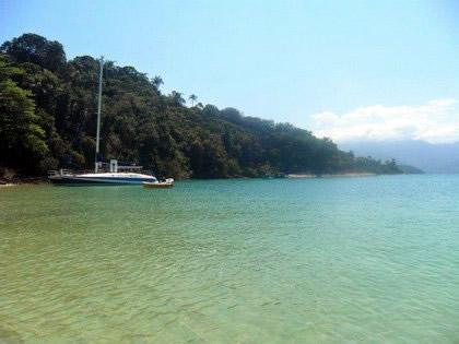 Mar verde e calmo