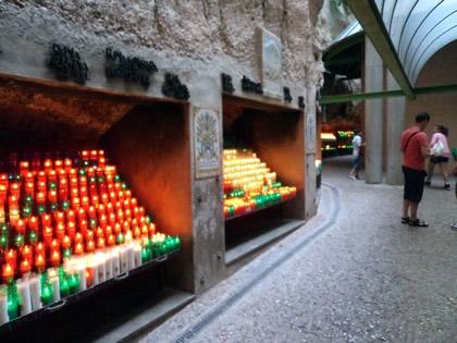 Velas acesas pelos devotos de Montserrat