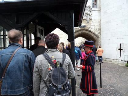 Entrada para torrde de Londres. Esse de vestido vermelho e preto é um dos guardas da Torres, chamados de Yeoman Warders