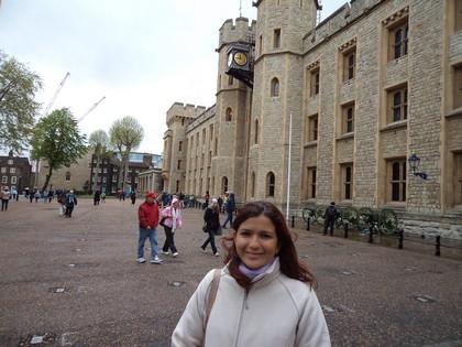Em frente a Jewel House, onde ficam as jóias da Coroa