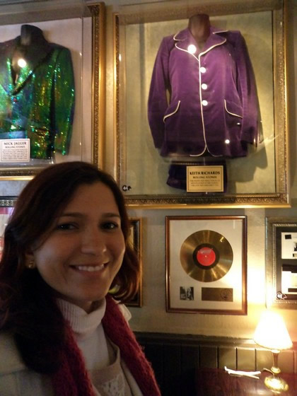 Com as relíquias dos Rolling Stones no Hard Rock Cafe