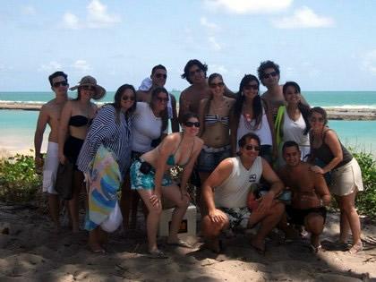 Marília Rocha (de branco com verde à direita) e a turma de amigos