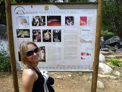 Placa informativa na Casa de Pedra