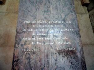 Poema do heterônimo Ricardo Reis no túmulo de Fernando Pessoa