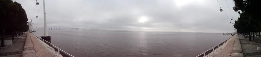 Vista panorâmica do Rio Tejo e ponte Vasco da Gama